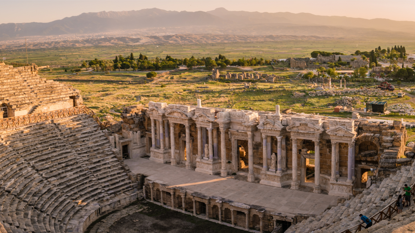 Das antike Hierapolis solltet ihr bei eurem Ausflug nach Pamukkale gleich mit besuchen.