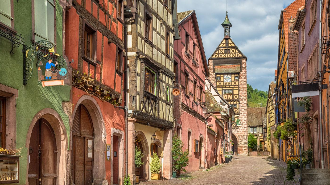 Das romantische Riquewihr (Reichenweier) liegt an der Elsässer Weinstraße (Shutterstock/Sergey Dzyuba)