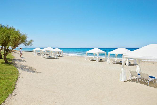Das Grecotel Caramel liegt direkt am Strand von Adelianos Kampos