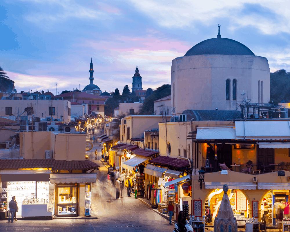 Suche nach dem Seepferdchen- und dem Eulenbrunnen oder schlendere durch die schmalen, verwinkelten Wege des türkischen Viertels