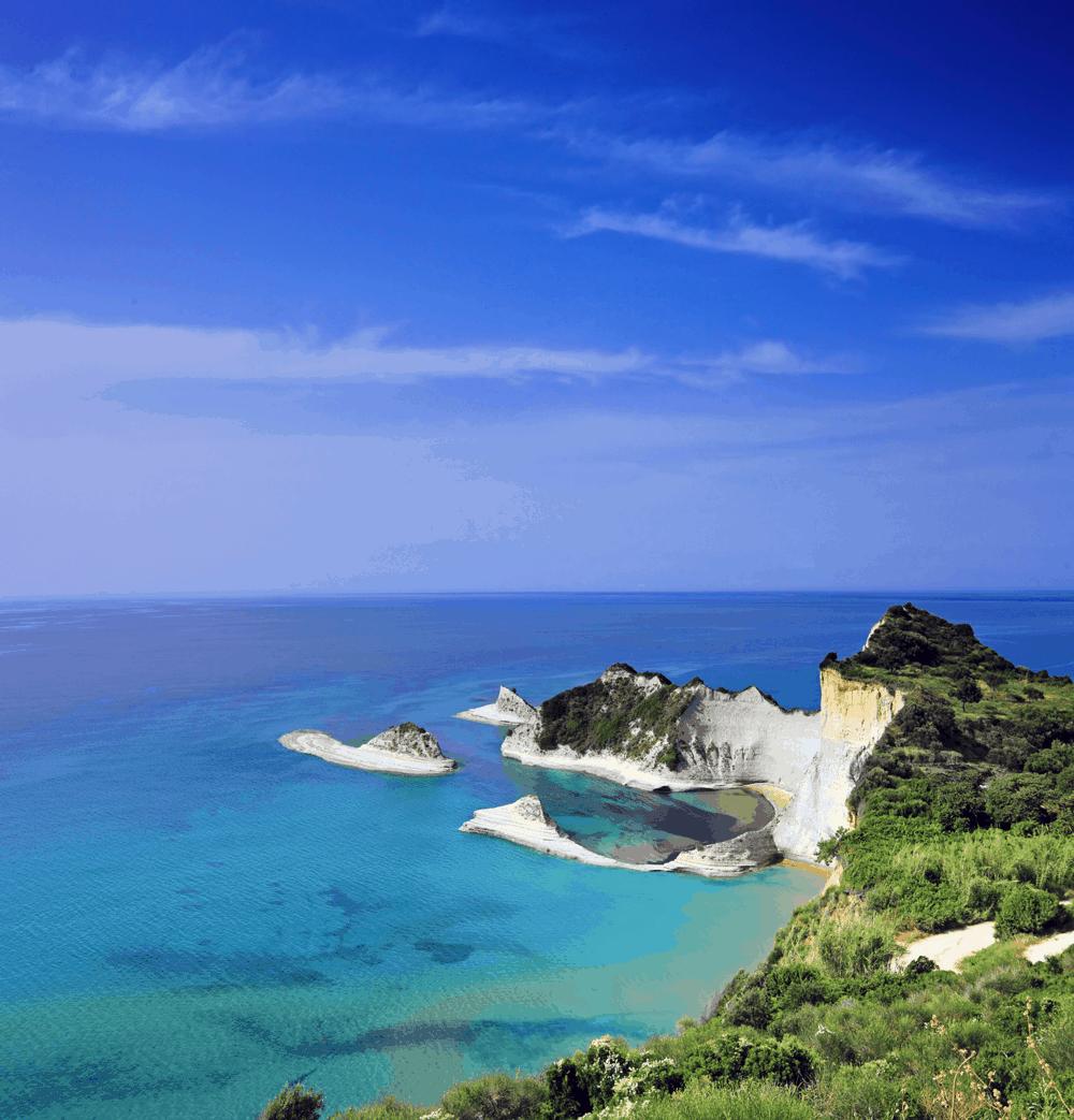 Im Nordwesten der griechischen Insel Korfu erwartet Urlauber ein beeindruckendes Naturschauspiel: die Kalksteinfelsen des Kap Drasti
