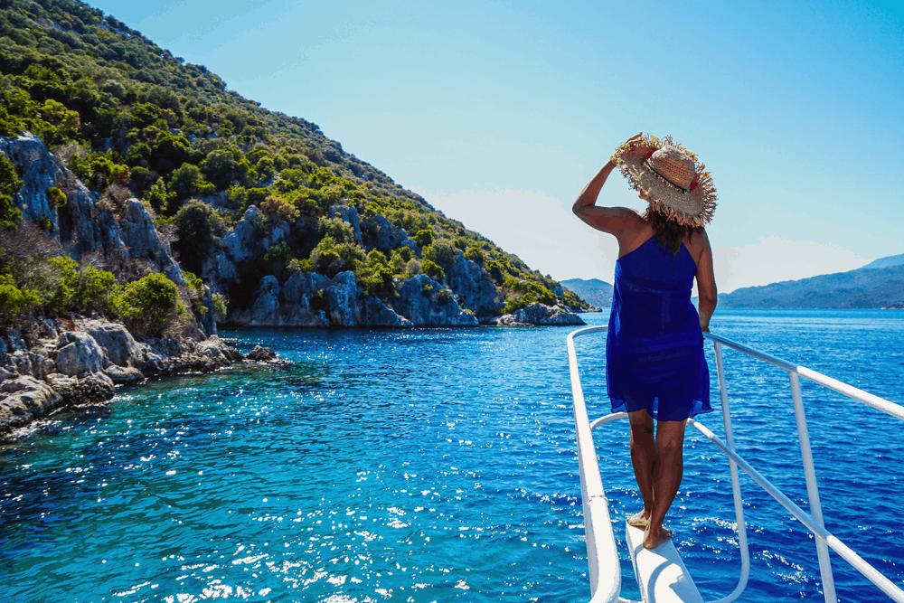 Perspektivwechsel: Vom Boot aus kannst du mit deinen Kids zahlreiche Höhlen entdecken