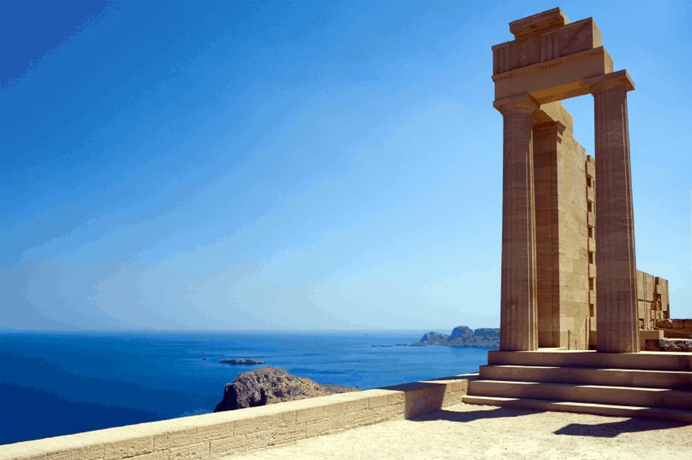 Eine Autostunde entfernt von der Stadt Rhodos findet sich das wunderschöne Örtchen Lindos, in dessen Stadtkern sich auf einem Felsen eine geheimnisvolle Burgruine erhebt: die Akropolis von Lindos