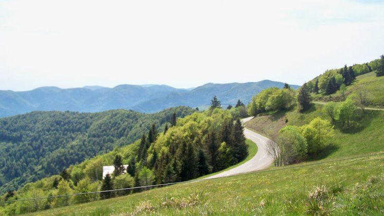 Kurvenreiche Route durch die Berge