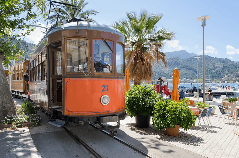 Roter Blitz, die Straßenbahn auf Mallorca ist sehr beliebt und eine gute Alternative zum Auto oder Bus