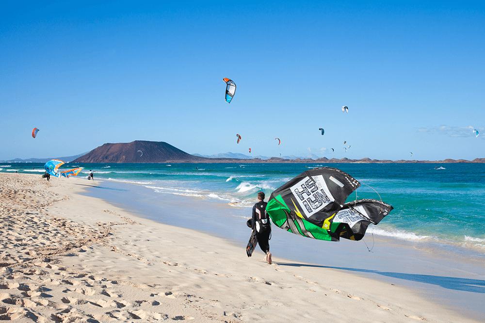 Wenn dein Herz fürs Surfen und Kiten schlägt, dann solltest du unbedingt nach Fuerteventura fliegen