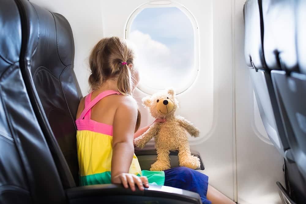 Für kleine Passagiere darf das Lieblingskuscheltier als Reisebegleiter an Bord nicht fehlen
