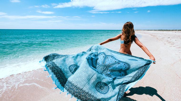 Frau mit Sarong am Strand