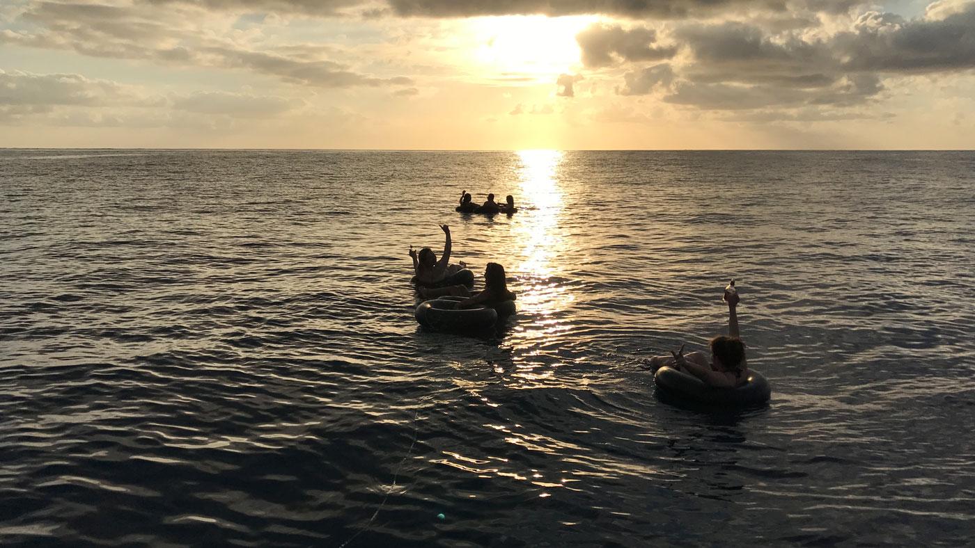 Tubing - Im Reifen auf dem Wasser den Sonnenuntergang genießen