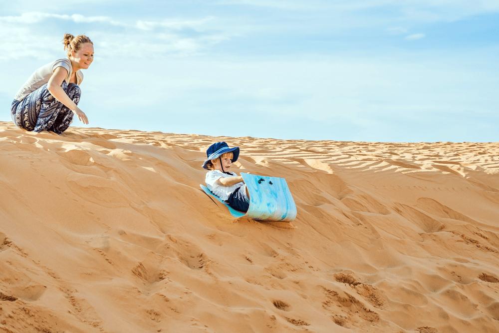 Im Süden Gran Canarias findet sich eines der beeindruckendsten Wahrzeichen der Insel: die Dünen von Maspalomas. Über eine Länge von sechs Kilometern erstreckt sich hier an der Atlantikküste eine eindrucksvolle Wüstenlandschaft, wie es sie nirgends sonst in Europa gibt.