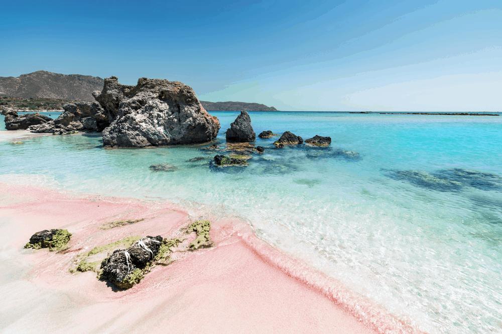 Am weitläufigen Elafonissi-Beach kannst du ausgedehnte Strandspaziergänge genießen und der Sand leuchtet nicht nur strahlend weiß, sondern durch Sedimentablagerungen sogar rosa.