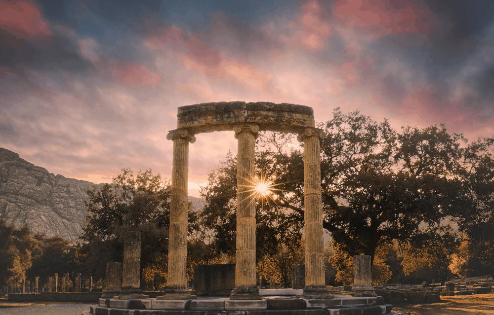 Um 776 v. Chr. fanden hier die ersten Olympischen Spiele statt. Heute erhebt sich die einst heilige, sportliche Kultstätte in Form von beeindruckenden, grünbewucherten Ruinen.