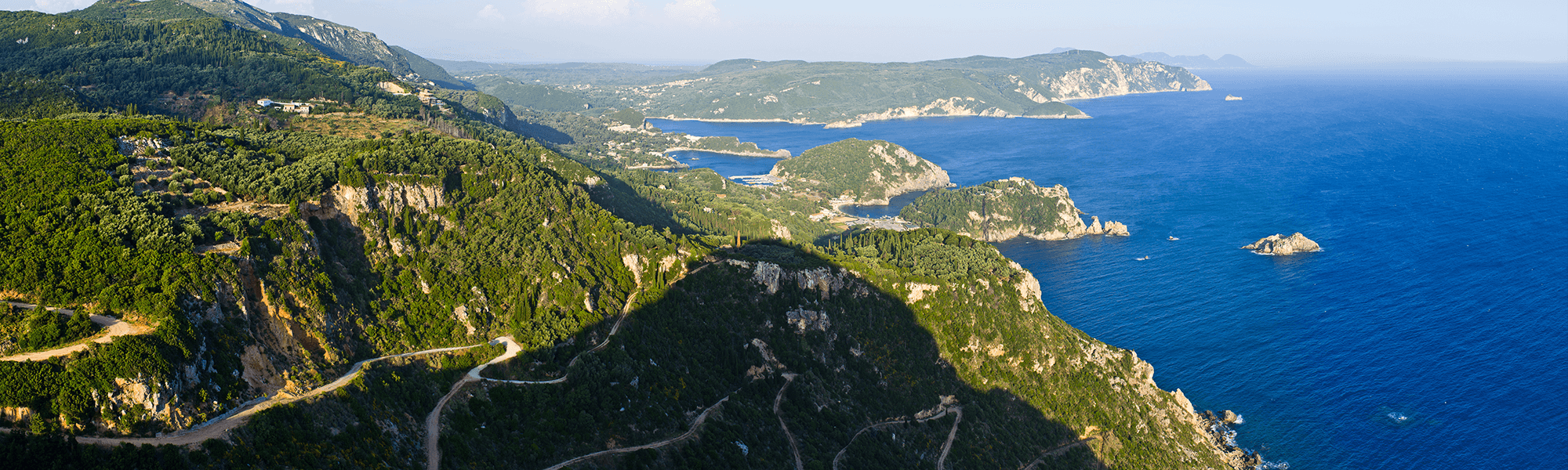 Du durchwanderst auf dem Corfu Trail fast ausschließlich kleine Dörfchen, malerische Buchten mit steilen Klippen, Olivenhaine und ständig wechselnde Landschaftspanoramen.