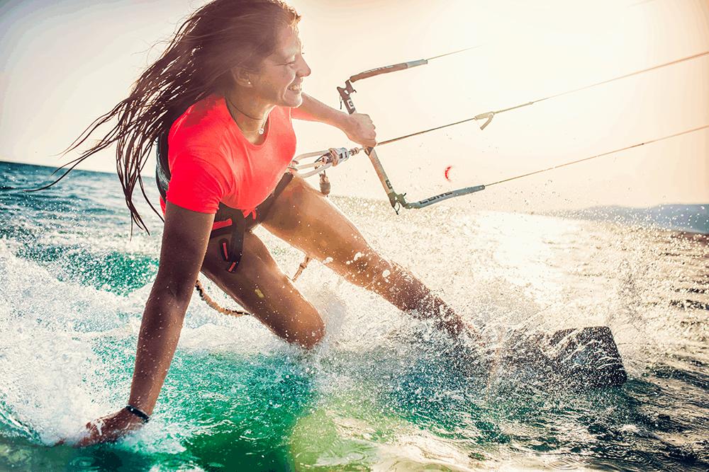Zu den besten Kitesurfe-Revieren Europas zählen die Costa de la Luz – von Tarifa über Palmar bis hinunter nach Canos de Meca kurz vor Gibraltar, der Südosten Gran Canarias, der Norden Fuerteventuras (El Cotillo und Corralejo) aber auch die Küste Lanzarotes.