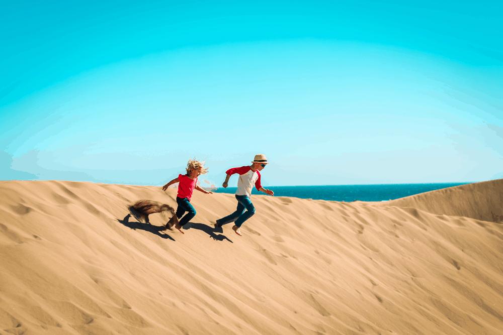 Zu einem Familienurlaub am Atlantik gehört ein Muss: Ausgedehnte Strandtage, an denen man die Sonne genießt, eine Sandburg baut und im Wasser planscht.