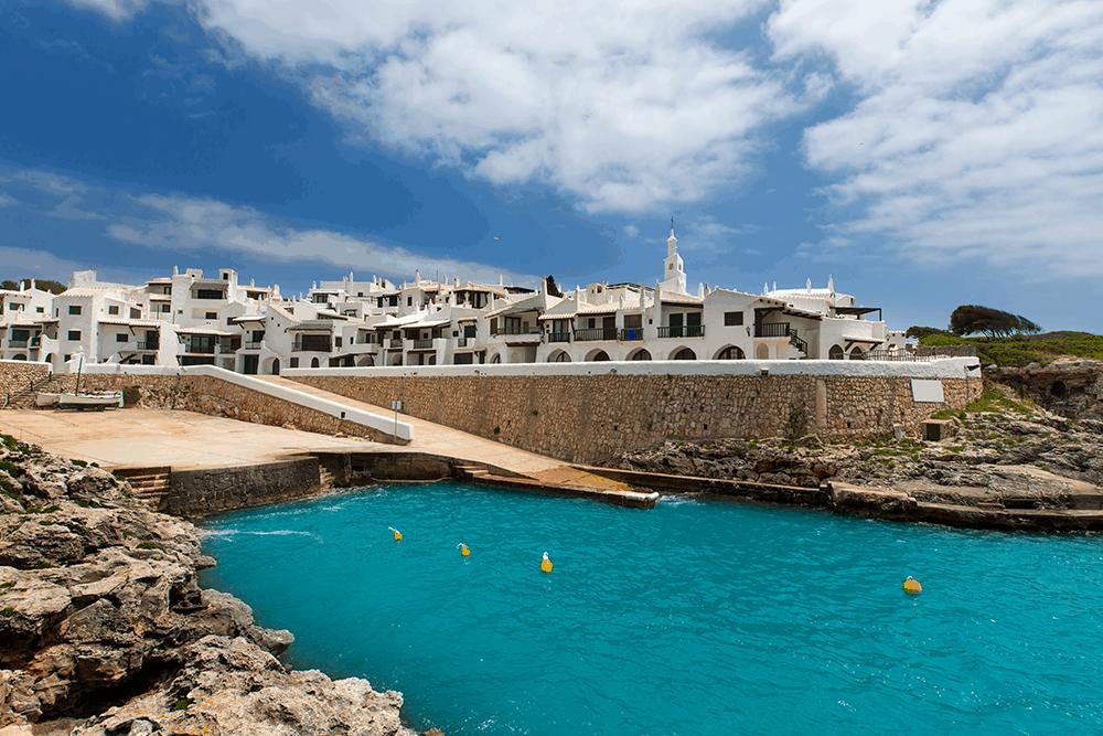 Binibequer Vell liegt im Südosten Menorcas, nur knapp 10 Kilometer von Mahón entfernt und strahlt hell durch seine kleinen, weißen Häuser.