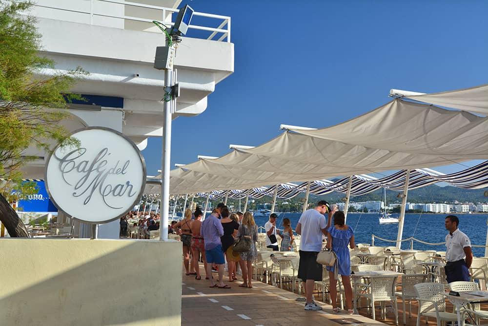 Unser Tipp: Wenn es dir im Café del Mar zu überlaufen ist, kannst du auch auf die umliegenden Sunsetbars wie das Mambo, Savannah, Kanya oder Mint ausweichen