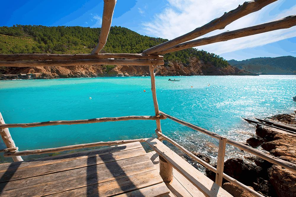 Ibiza ist nicht nur populär für seine wunderschönen Strände, sondern auch für seine Beliebtheit bei Hippies