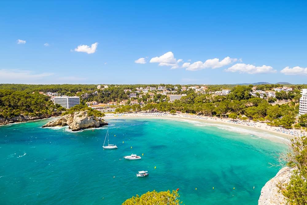 Die Cala Galdana auf Menorca ist bei Familien sehr beliebt, da es in der Bucht kaum Wellen gibt und das Wasser schön warm ist