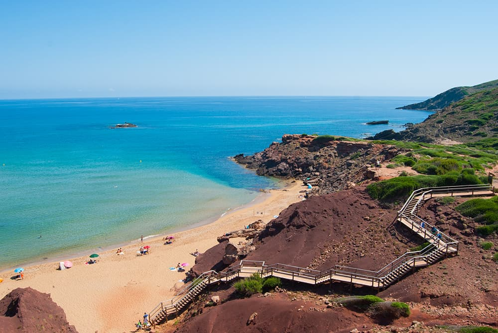 Weil die gesamte Insel zum UNESCO-Biosphärenreservat erklärt wurde, gibt es an den über 100 Stränden deshalb nur wenige große Touristenhochburgen und Bausünden