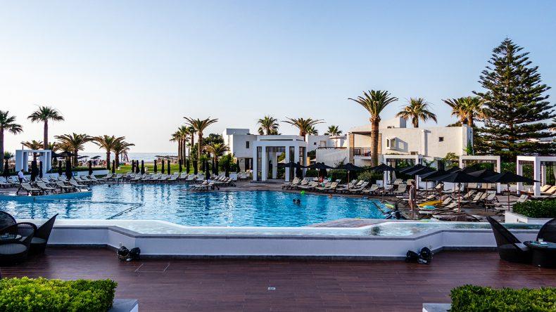 Der schöne Mainpool des Grecotel Creta Palace.