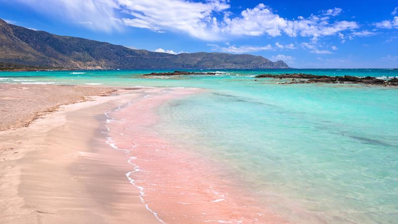 Der rosafarbene Sandstrand Elafinis ist ein Muss für jeden der die Insel Kreta besucht.