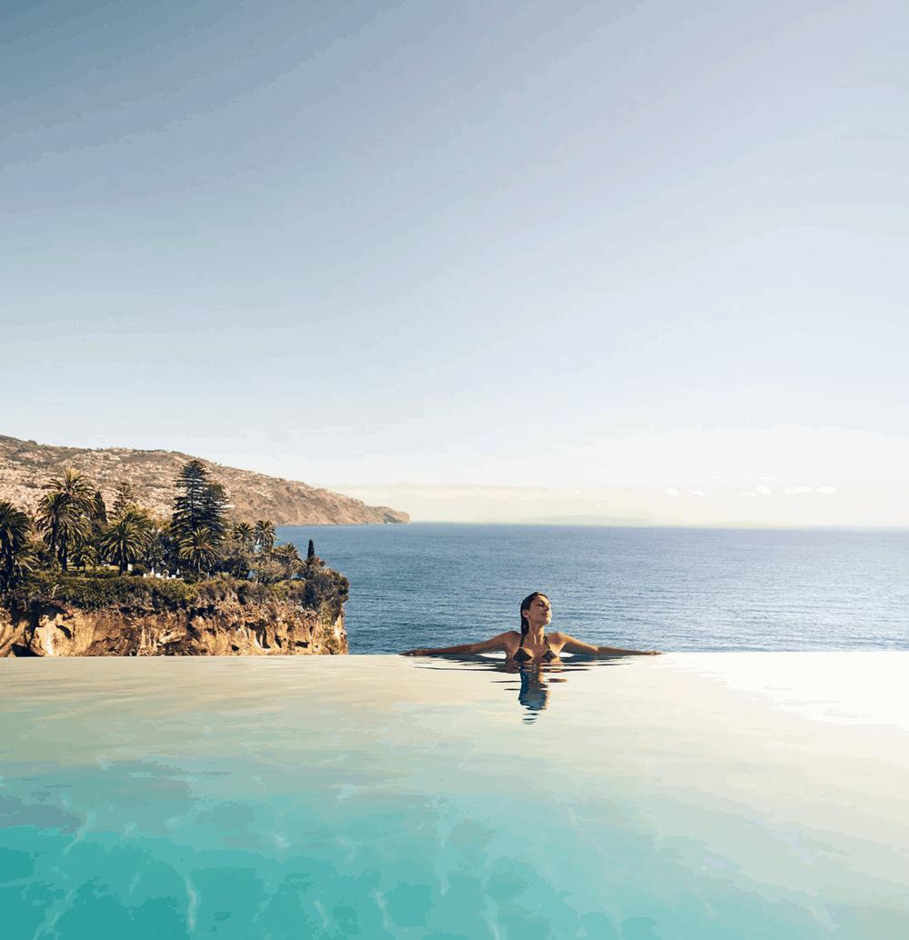 Vom weitläufigen Infinity-Pool aus bietet sich dir ein spektakulärer Rundumblick auf den Atlantischen Ozean und die zerklüfteten Klippen.