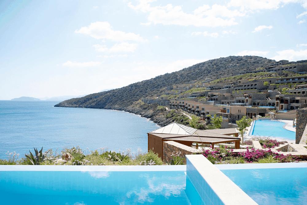 m Einklang mit der Natur erhebt sich auch der Infinity-Pool des Daios Cove Luxury Resort & Villas auf einer Anhöhe Kretas über dem Ozean.