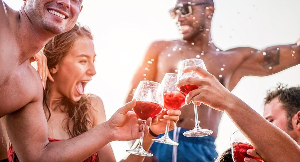 An diesem Abschnitt des Playa de Palma kannst du mit Gleichgesinnten feiern und zu den Partyhits mitsingen, die du schon vom Feuerwehrfest von zu Hause kennst.