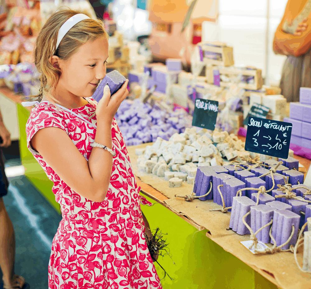 Wer nur mit Handgepäck reist, kann sich ein Stück duftende Olivenseife mit nach Hause nehmen