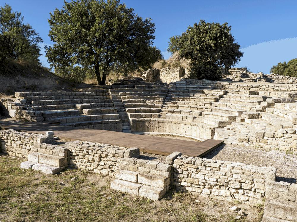 Du kannst unter anderem durch die geschichtsträchtigen Mauern der alten Tempel, des Palasts, des Odeon und des Badehauses schreiten