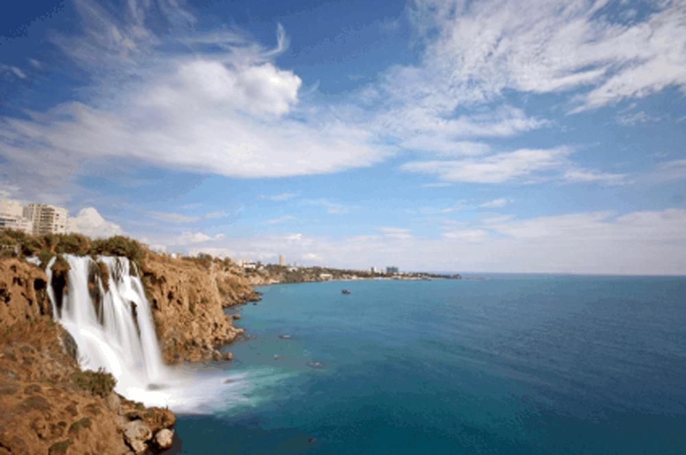 Der untere Düden Wasserfall hingegen verwandelt sich an der Küste in eine reißende Lawine, die an den Steilklippen Antalyas aus 40 Meter Höhe ins Meer donnert. Ein atemberaubender Anblick und eine der Top Sehenswürdigkeiten der Türkei