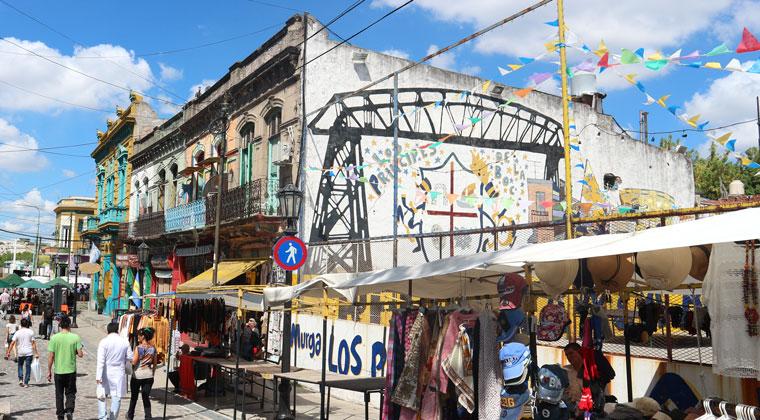 In La Boca wimmelt es nur vor Bars, Souvenirshops und ganz viel bunter Street Art.