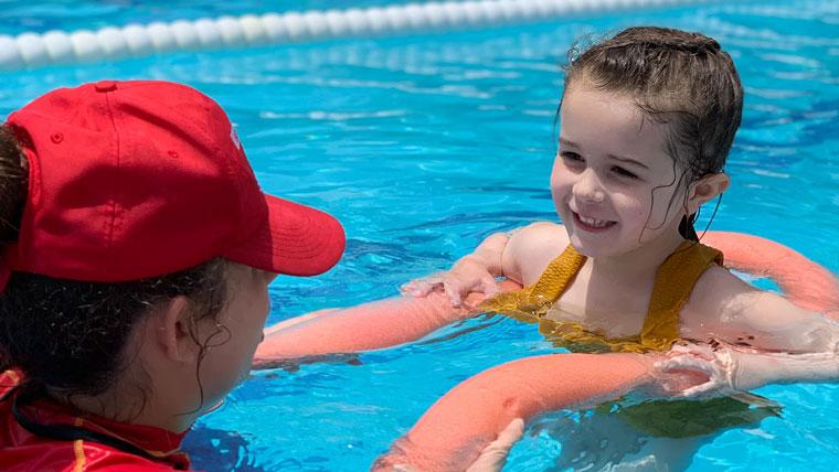 Schwimmen lernen im Urlaub? Das ist im ROBINSON Club Esquinzo Playa mit seiner Schwimmschule Sharky prima möglich.