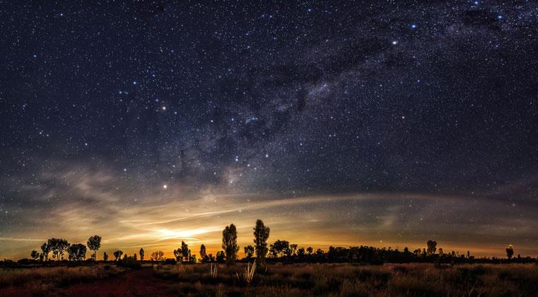 Der Sternenhimmel im Outback Australien (Shutterstock/coloursinmylife)