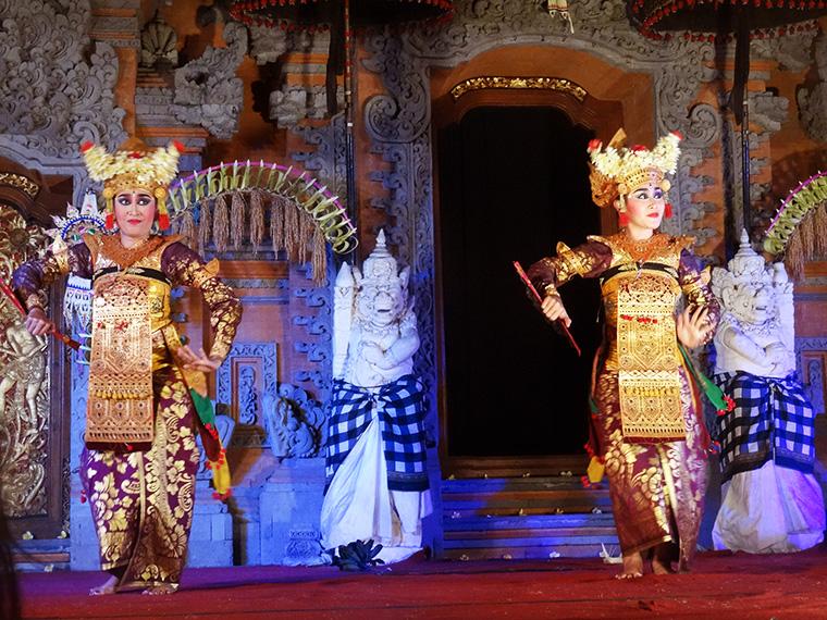 Zwei der Tänzerinnen in aufwendigen Kostümen.