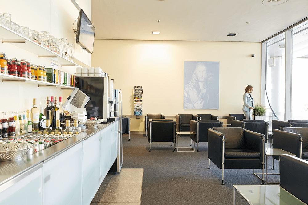 Bevor es losgeht, darf ich mich in der Albrecht Dürer Lounge umsehen und meine Zeit bis zum Boarding in entspannter Atmosphäre genießen.