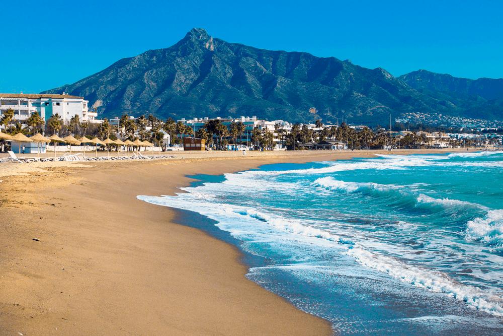 Allgemein sind die Strände an Spaniens Mittelmeerküste, der Costa del Sol, touristischer und voller als am Atlantik.