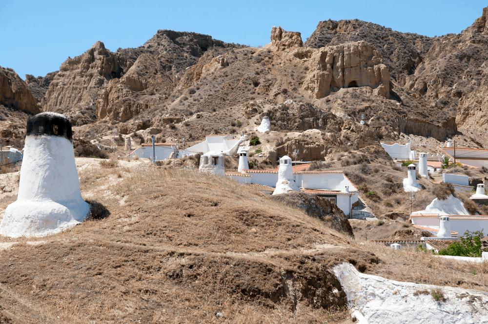 Die Stadt Guadix liegt im Norden Andalusiens und wartet mit einer unerwarteten Sehenswürdigkeit auf: Durch den Boden zieht sich ein unterirdisches Labyrinth aus ungefähr 2.000 Höhlen.