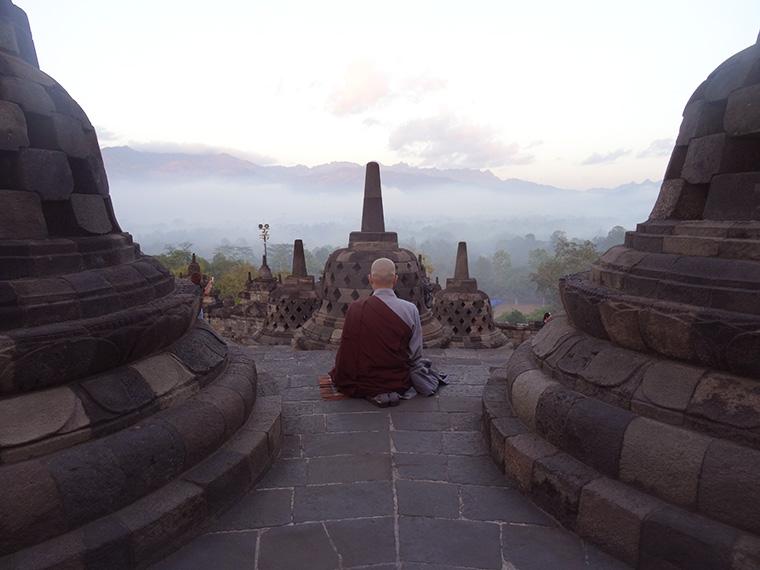 Ein Mönch vertieft in sein Morgengebet.