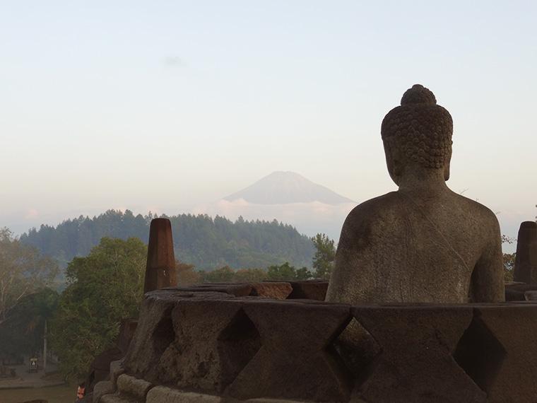 Blick vom Borobodur Tempel auf den Mount Merapi