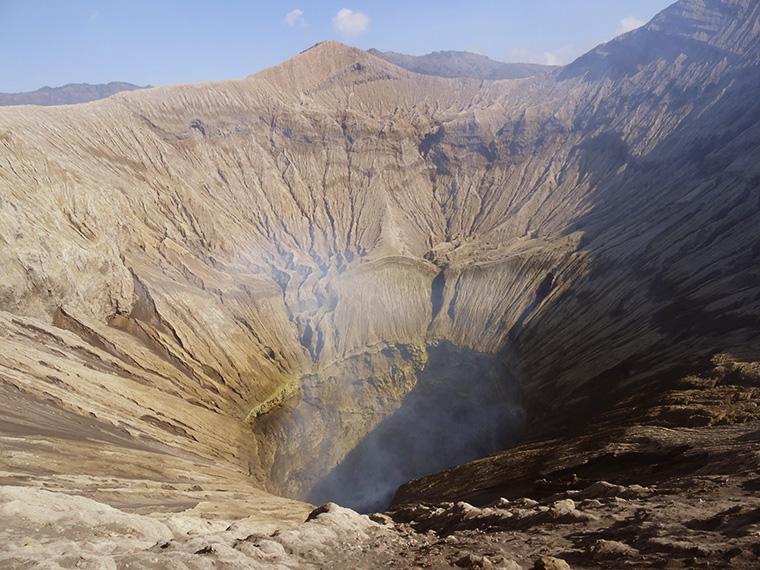 Der Vulkan begrüßte uns mit brodelnd-zischenden Geräuschen.