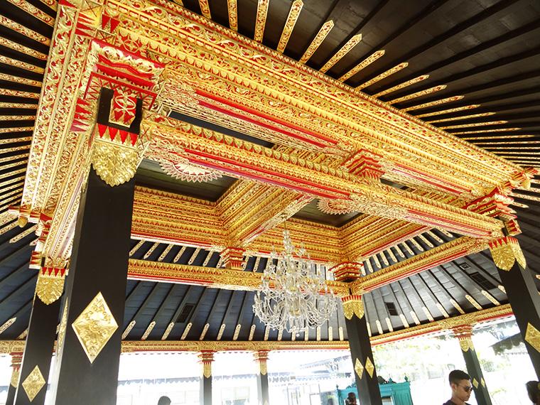 Die üppige Deckenverzierung im Sultanspalast