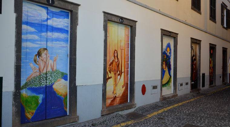 In der Rua Santa Maria finden sich bemalte Türen