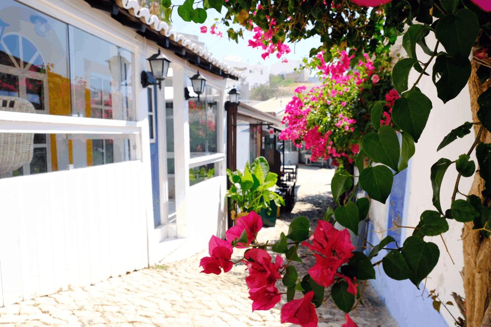 Schmale Gassen, bunte Häuser und kleine Cafés machen den ursprünglichen Charakter des Ortes aus.