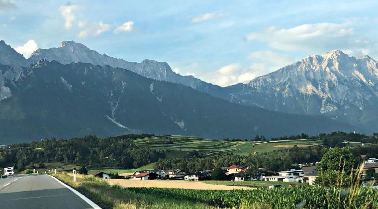 Blick aus dem Auto auf die bayerischen Alpen