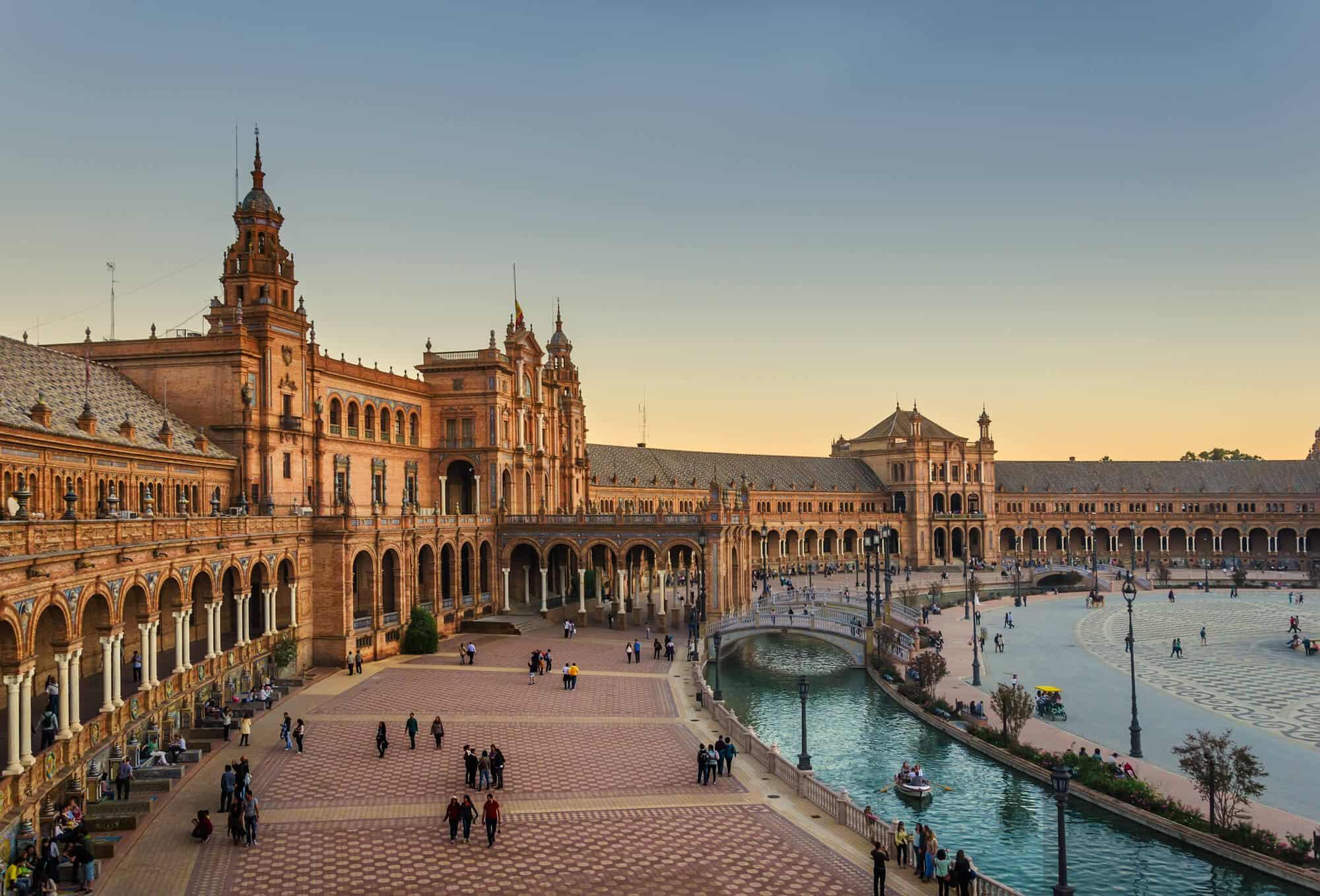 Die andalusische Hauptstadt Sevilla ist eine dynamische Metropole mit jeder Menge Sehenswürdigkeiten.