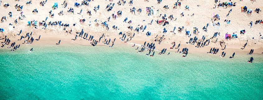 Sommer, Sonne, Strand - wir zeigen dir die besten Badestrände für jeden Monat des Jahres.