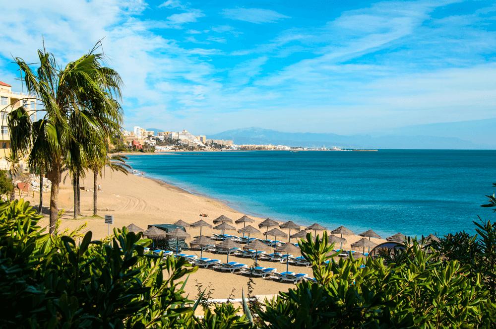 """In Andalusien hast du die Qual der Wahl – westlich von Gibraltar badest du im etwas frischeren Atlantik – östlich vom """"Affenfelsen"""" im wärmeren Mittelmeer."""