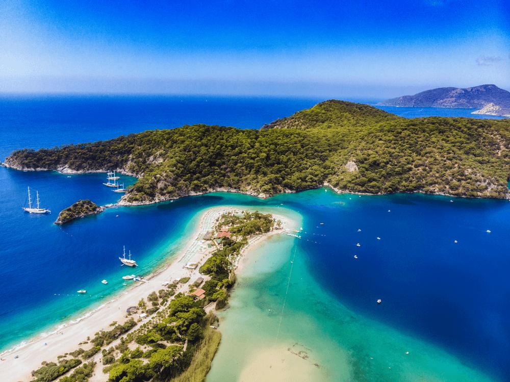 Die türkische Riviera bietet dir im Mai schon 20 C° Wassertemperatur zum Anbaden und die Strände sind in der Vorsaison noch angenehm leer.